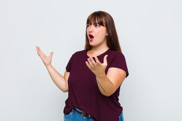 Femme en surpoids effectuant de l'opéra ou chantant lors d'un concert ou d'un spectacle, se sentant romantique, artistique et passionné