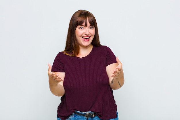 Femme en surpoids se sentant heureuse, étonnée, chanceuse et surprise, comme dire omg sérieusement? incroyable