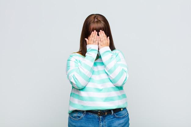 Femme en surpoids se sentant triste, frustrée, nerveuse et déprimée, couvrant le visage avec les deux mains, pleurant