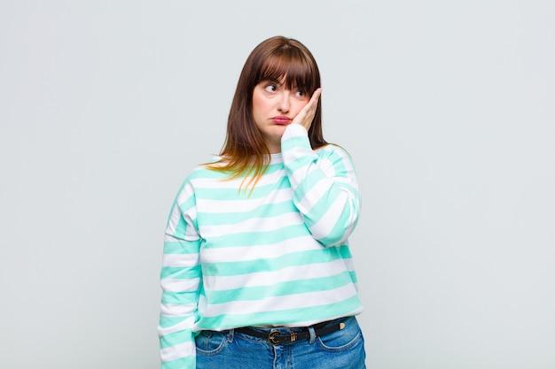 Femme en surpoids se sentir ennuyé, frustré et somnolent après une tâche fastidieuse, ennuyeuse et ennuyeuse, tenant le visage avec la main
