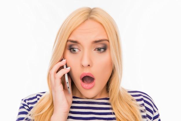 Femme surprise avec la bouche ouverte, parler au téléphone