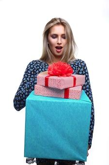 Femme surprise avec des cadeaux