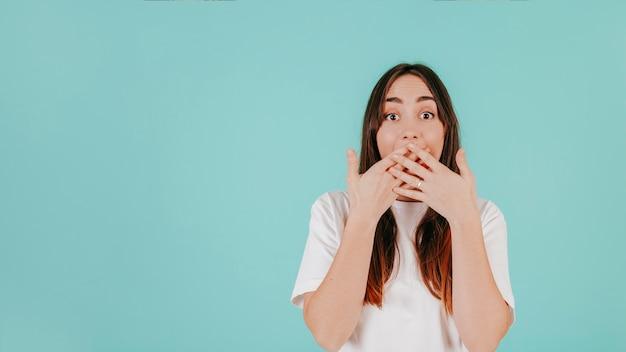 Femme surprise couvrant la bouche avec les mains