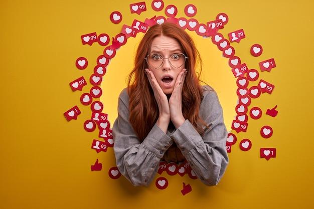 Femme surprise en état de choc par un commentaire dans un blog ou un post