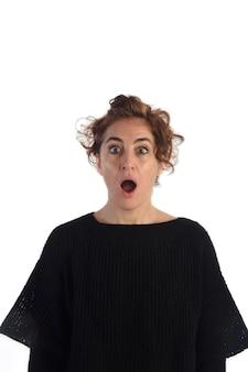 Femme surprise avec un fond blanc