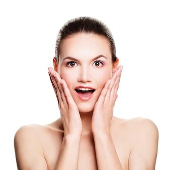 Femme surprise isolée sur blanc. amusant. modèle de spa avec bouche ouverte