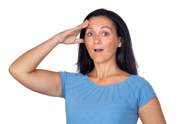 Femme surprise en oubliant quelque chose isolé sur fond blanc