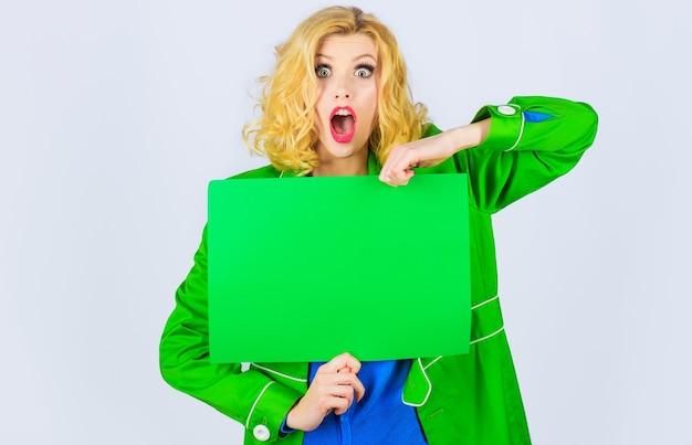 Femme surprise avec panneau d'affichage avec espace de copie pour le texte. fille étonnée avec bannière publicitaire.