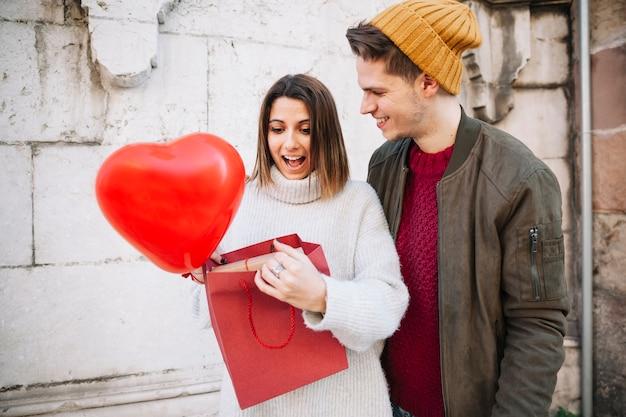Femme surprise recevant le cadeau de l'homme