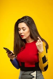 Femme surprise tout en parlant par téléphone