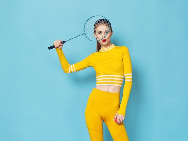 Une femme avec un survêtement élégant fait du sport et fait des exercices, un survêtement jaune