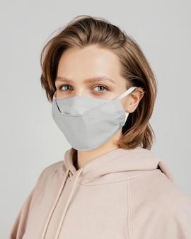 Femme en sweat à capuche avec masque