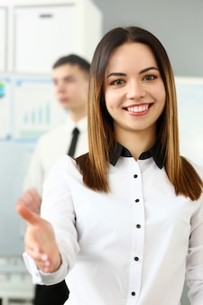 Femme sympathique au bureau