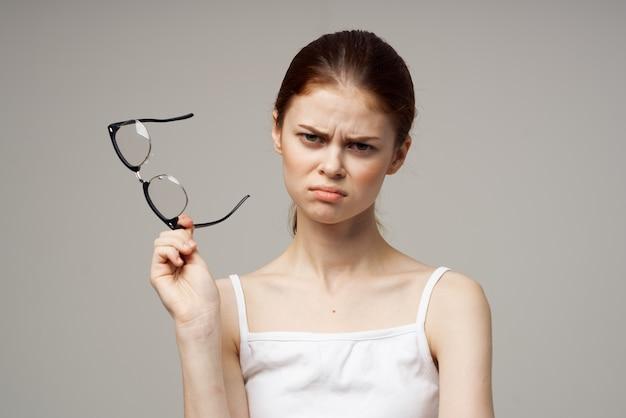 Femme en t-shirt blanc lunettes problèmes de vision myopie