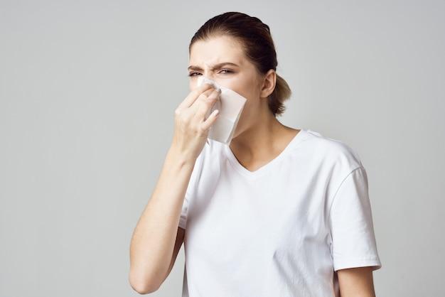 Femme en t-shirt blanc mouchoir problèmes de santé froids. photo de haute qualité