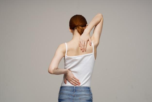 Femme en t-shirt blanc problèmes de troncs douleur ostéoporose