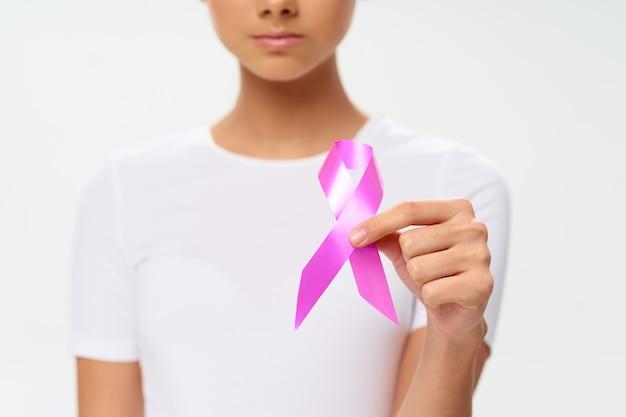 Femme en t-shirt blanc avec ruban rose contre la fondation caritative contre le cancer du sein aidant les personnes en