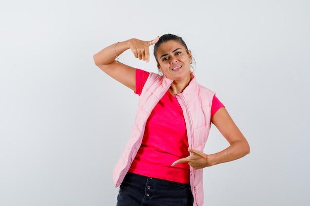 Femme en t-shirt, gilet pointant vers le bas et à la gaieté