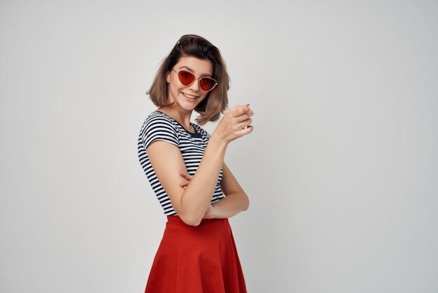 Femme en t-shirt rayé lunettes de soleil mode été glamour. photo de haute qualité