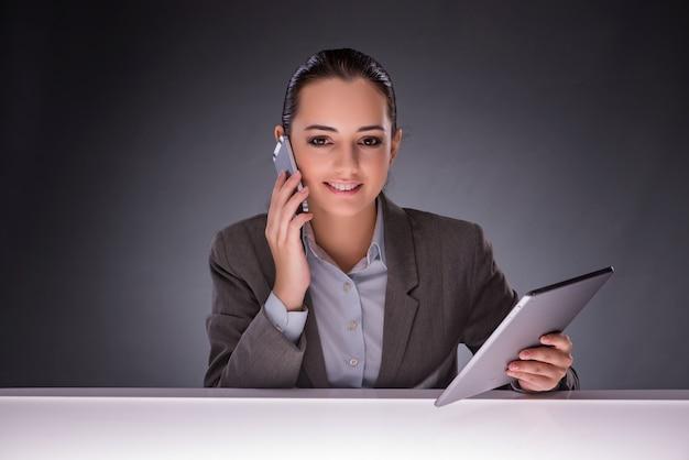 Femme avec tablette en concept d'affaires