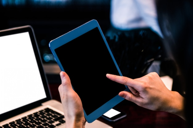 Femme, tablette, ordinateur portable, bar