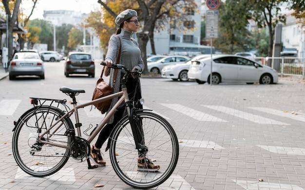 Femme de taille pleine longueur traversant la rue