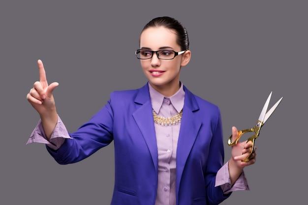 Femme tailleur en appuyant sur le bouton virtuel