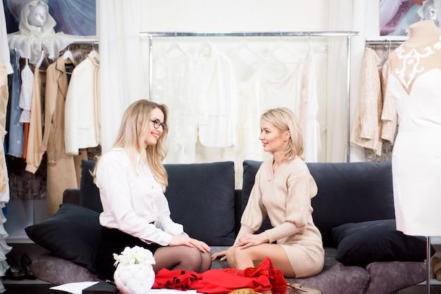 Une femme tailleur parle d'une nouvelle robe avec une cliente.