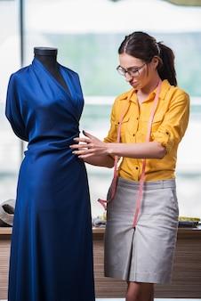 Femme tailleur travaillant sur de nouveaux vêtements