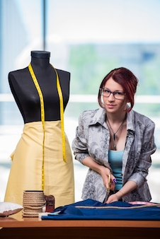 Femme tailleur travaillant à son bureau