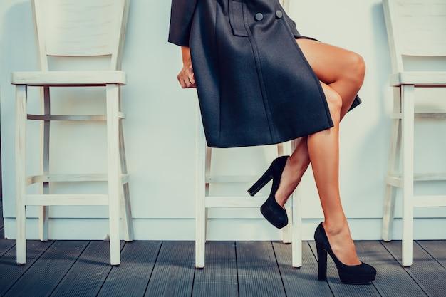 Femme avec des talons hauts noirs