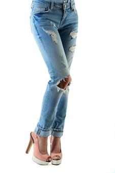 Femme en talons hauts rose vif et fond de jeansite.