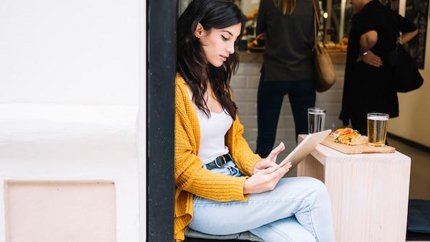 Femme, tapant, tablette, écran, séance, café