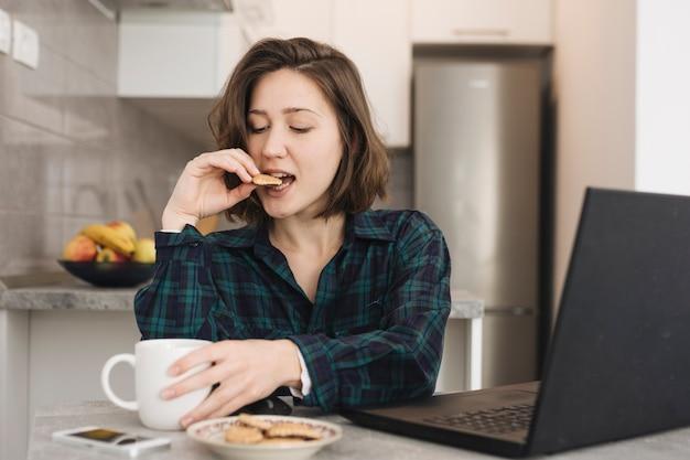 Femme avec une tasse de café à la maison