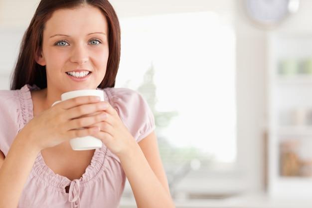 Femme, tasse café, regarder