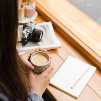 Femme, à, a, tasse café