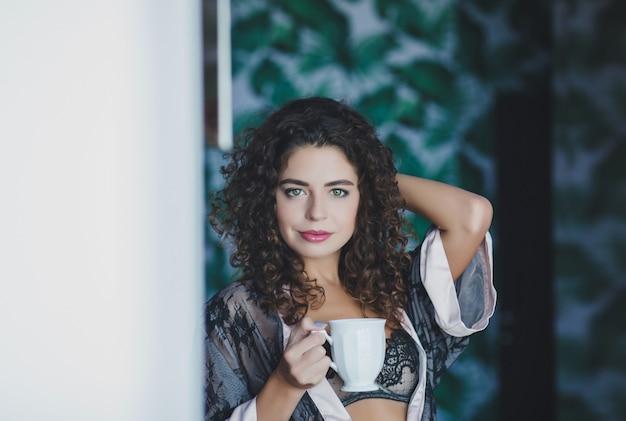 Femme avec une tasse de thé ou de café