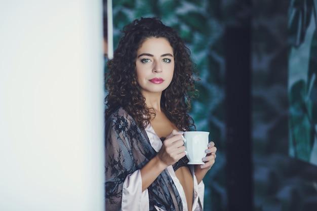 Femme avec tasse