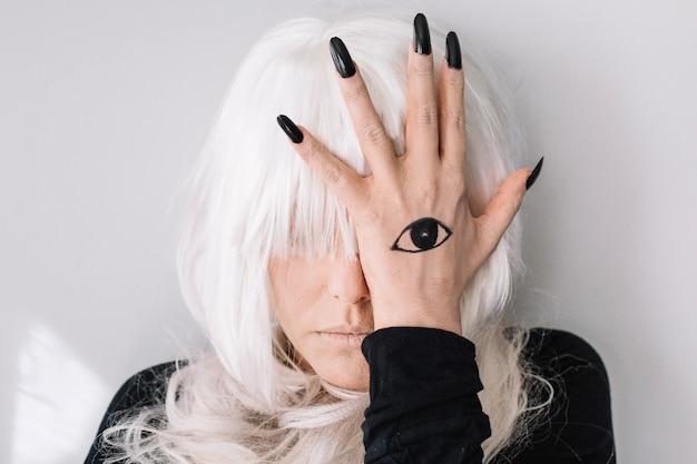 Femme avec tatouage oculaire