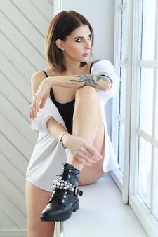 Femme, à, tatouage, poser
