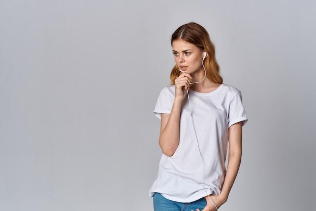 Femme en technologie d'émotion musicale tshirt blanc