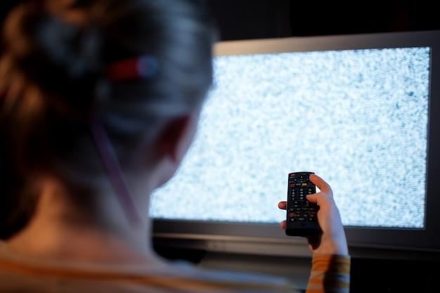 Femme, télécommande, devant, téléviseur