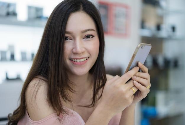 Femme avec un téléphone intelligent