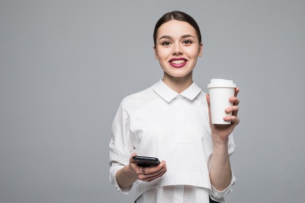 Femme avec téléphone portable et café sur blanc