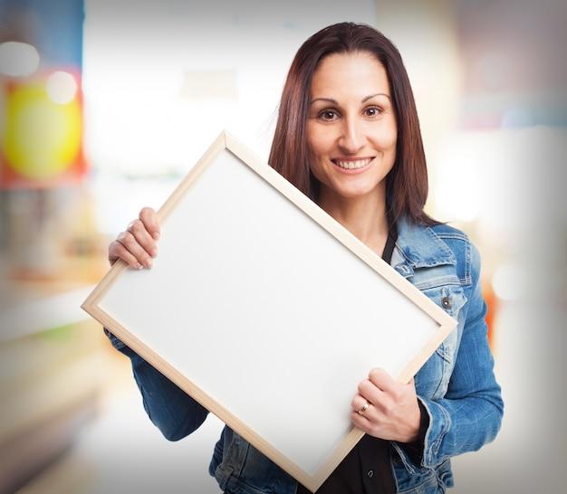 Femme tenant une affiche blanche