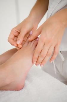Femme tenant une aiguille dans une thérapie d'acupuncture