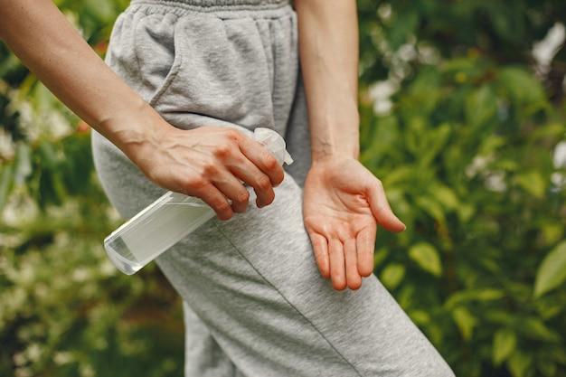 Femme tenant un antiseptique dans ses mains