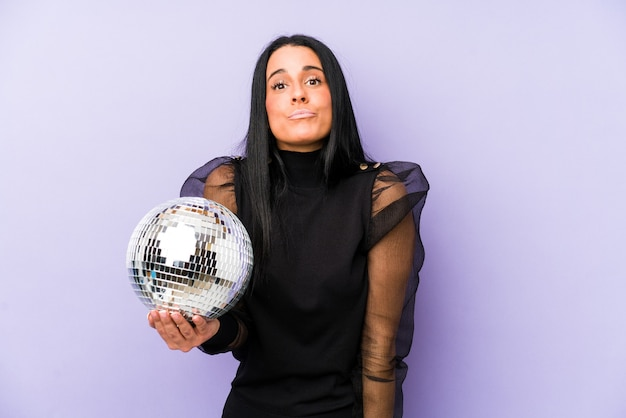 Femme tenant un bal