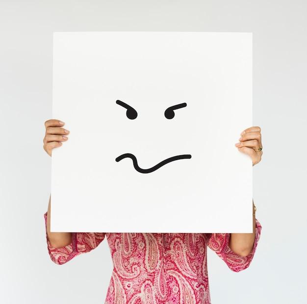 Femme tenant une bannière en colère couvre son visage