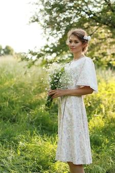 Femme tenant beau bouquet de fleurs blanches
